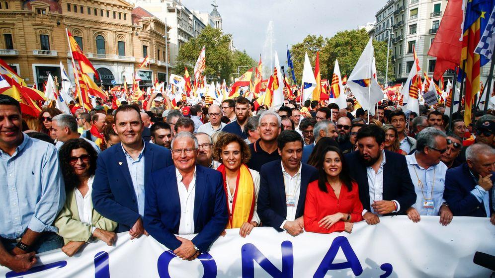 Foto: El actual presidente de SCC, José Rosiñol (c), junto a dirigentes políticos durante la movilización con motivo del 12 de octubre en Barcelona. (EFE)