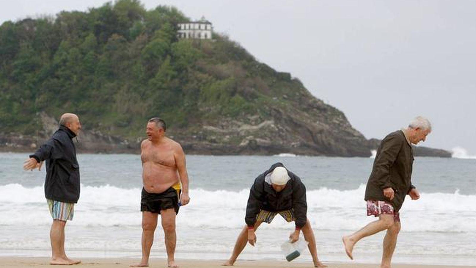Foto: Un grupo de jubilados se ejercita en la playa de la Concha de San Sebastián. (EFE)