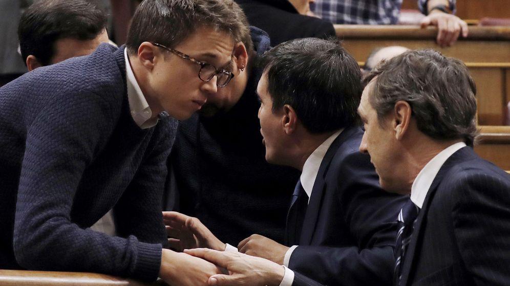 Foto: El portavoz de Podemos en el Congreso, Íñigo Errejón (i), conversa con el portavoz popular, Rafael Hernando (d), al inicio de la sesión de control al Ejecutivo que ha comenzado hoy con un minuto de silencio. (EFE)