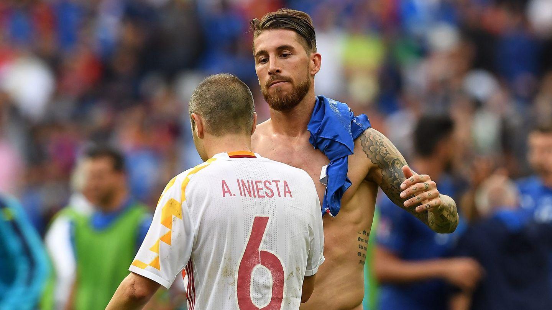 Iniesta y Ramos, tras la eliminación ante Italia. (EFE)