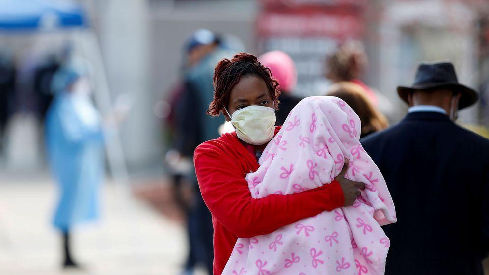 Foto: Una mujer y su bebé en Chicago. (Reuters)
