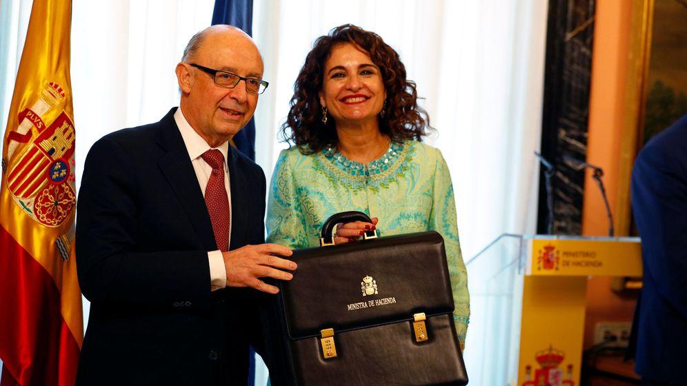 Foto: Cristóbal Montoro, junto a la actual ministra de Hacienda, María Jesús Montero. (Reuters)