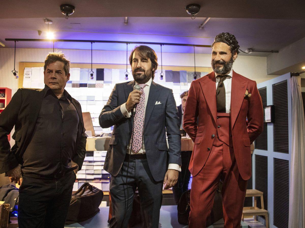 Foto: Jorge Sanz, Óscar Higares y Emilio Colomina durante la subasta benéfica. (La Fábrica de Camisas)