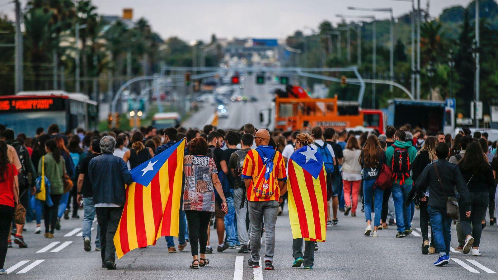 Foto: Estudiantes y trabajadores de la Universidad de Barcelona cortan la avenida Diagonal durante un paro este martes. (EFE)