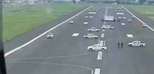 Post de Una alcaldesa de Ecuador bloquea con camiones el aterrizaje de un avión de Madrid