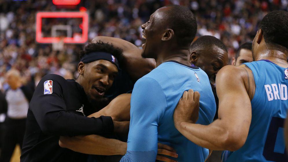 Foto: Los jugadores de los Hornets felicitan a Lamb tras su épica canasta. (Reuters)