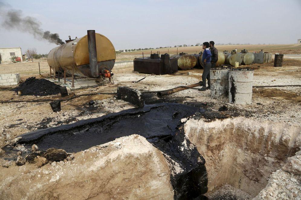 Foto: Hombres trabajan en una refinería casera en Idlib, norte de Siria, donde refinan el crudo del Estado Islámico, en diciembre de 2015 (Reuters)