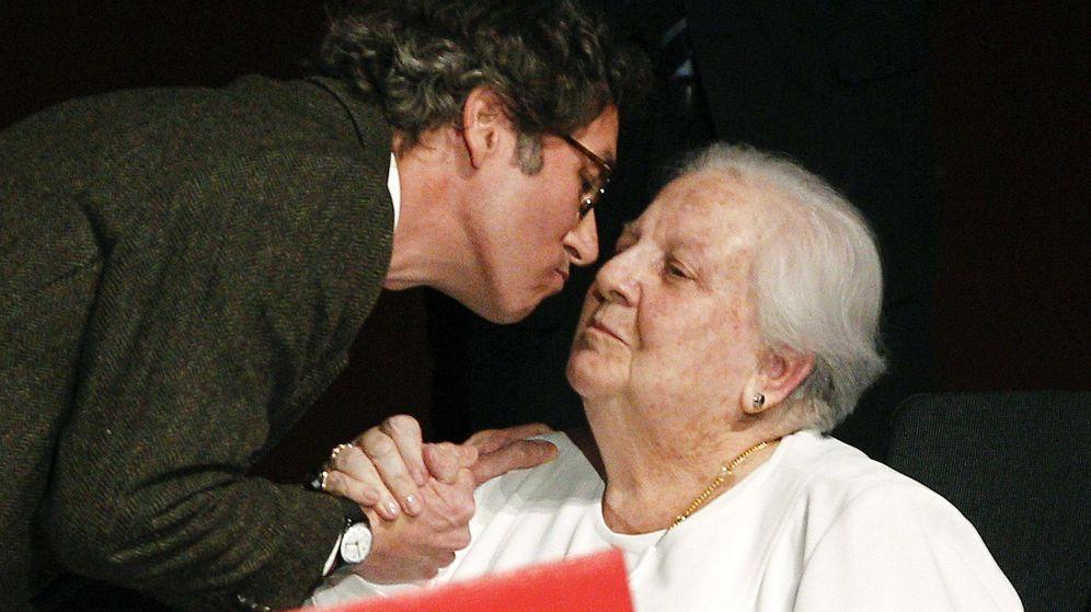 Foto: Balcells recibe del secretario de Estado de Cultura, José María Lassalle, el premio de 'El ojo crítico' de RNE.