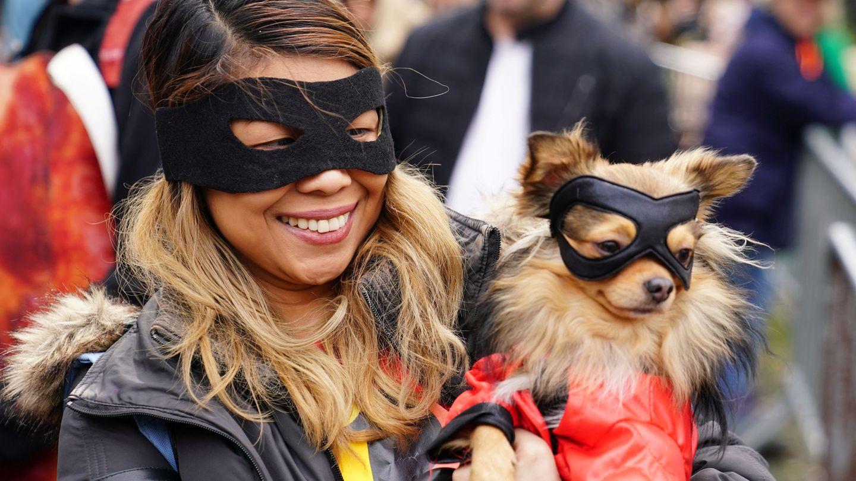 Una pareja de adorables ladrones en Halloween. (Reuters)