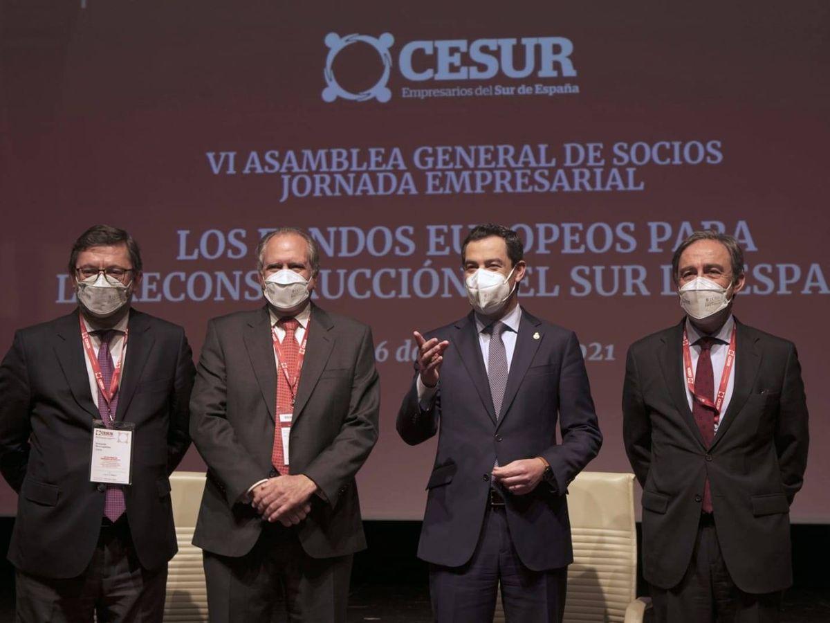 Foto: Juanma Moreno, flanqueado por los directivos de Cesur.