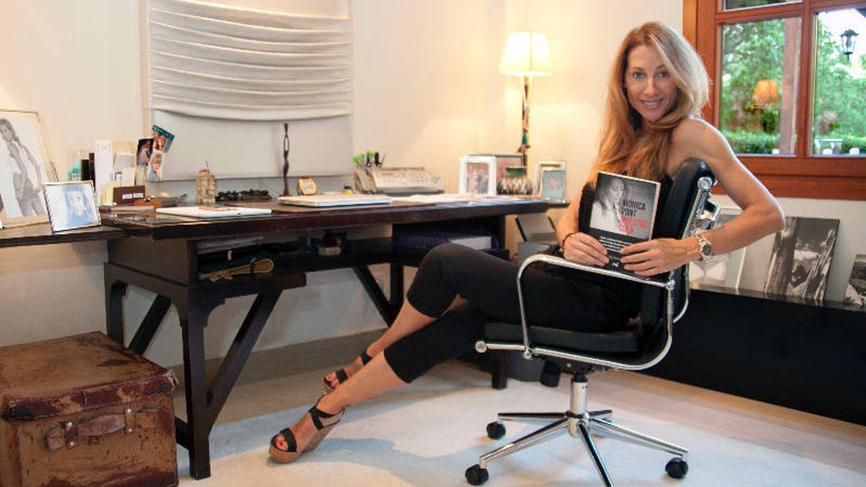 Mónica Pont con un ejemplar de su libro.