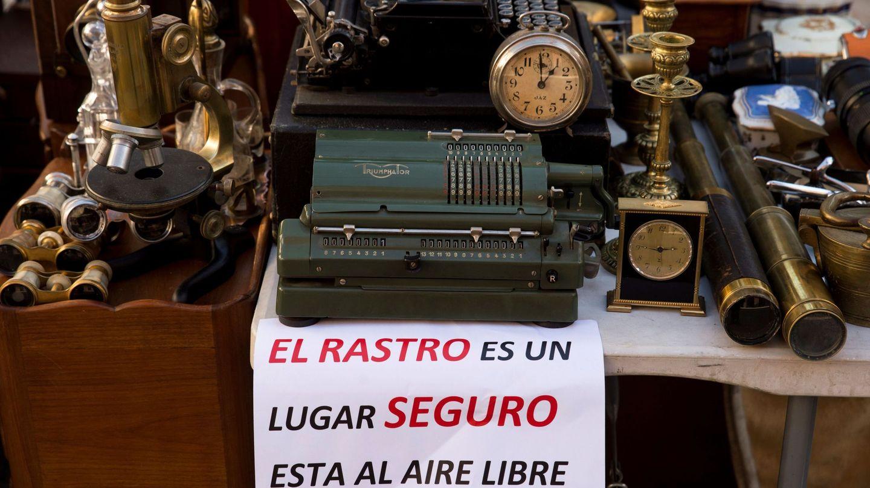 Vista de un puesto en el tradicional Rastro de Madrid este domingo. (EFE)
