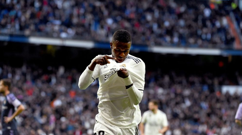 Foto: Vinicius Júnior besa el escudo del Real Madrid tras anotar un gol. (EFE)