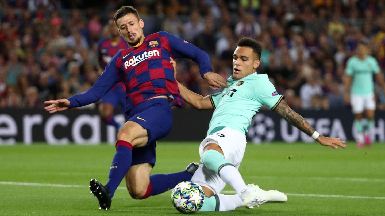 Lautaro frente a Lenglet en un partido contra el Barcelona en el Camp Nou. (Efe)