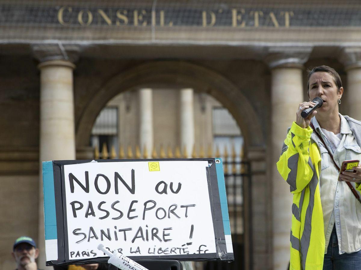 Foto: Un chaleco amarillo protesta contra el 'pase sanitario' francés. (EFE)