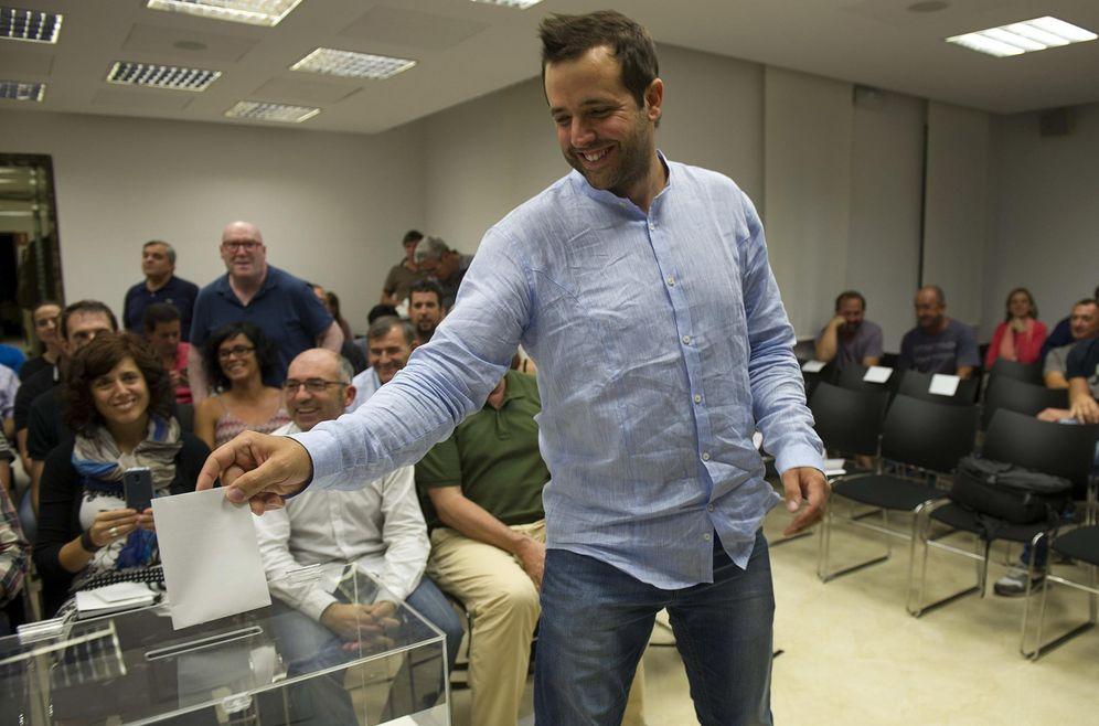 Foto: Aritz Ayesa, durante la votación en la que fue nombrado presidente de la mancomunidad de la comarca de Pamplona, en 2015. (EFE)