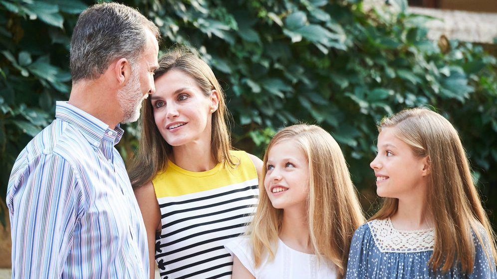 Foto: Los Reyes con sus hijas en Marivent. (Limited Pictures)
