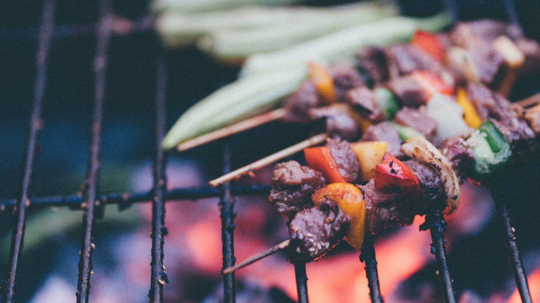 Los alimentos de las brochetas tienen diferentes puntos de cocinado.