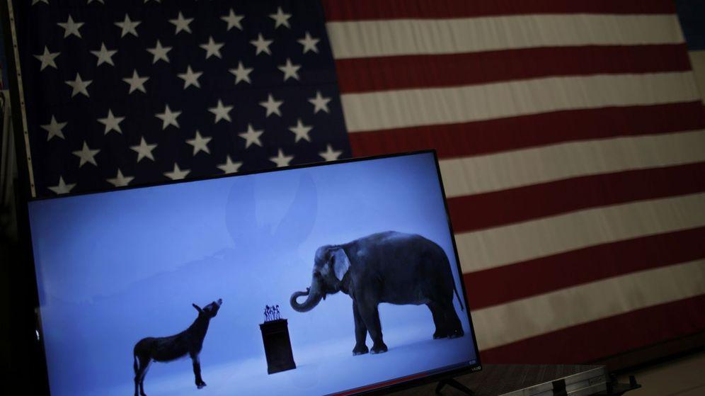 Foto: Una bandera de Estados Unidos con las mascotas de demócratas y republicanos (Reuters)