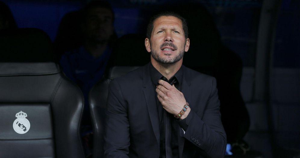 Foto: El Cholo Simeone, en el banquillo del Santiago Bernabéu (EFE)