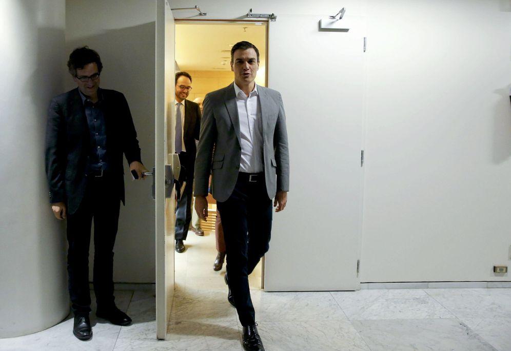 Foto: El candidato socialista a la investidura, Pedro Sánchez, después de reunirse con Pablo Iglesias, el pasado 5 de febrero en el Congreso. (EFE)