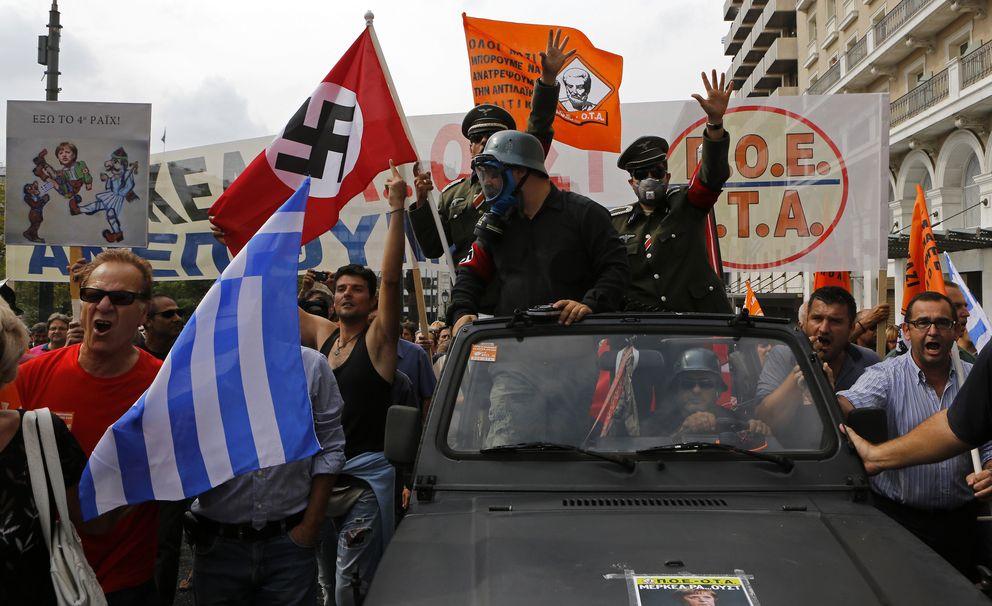 Foto: Manifestantes con uniformes nazis en una protesta contra la visita de la canciller Angela Merkel a Grecia, en octubre de 2012 (Reuters).