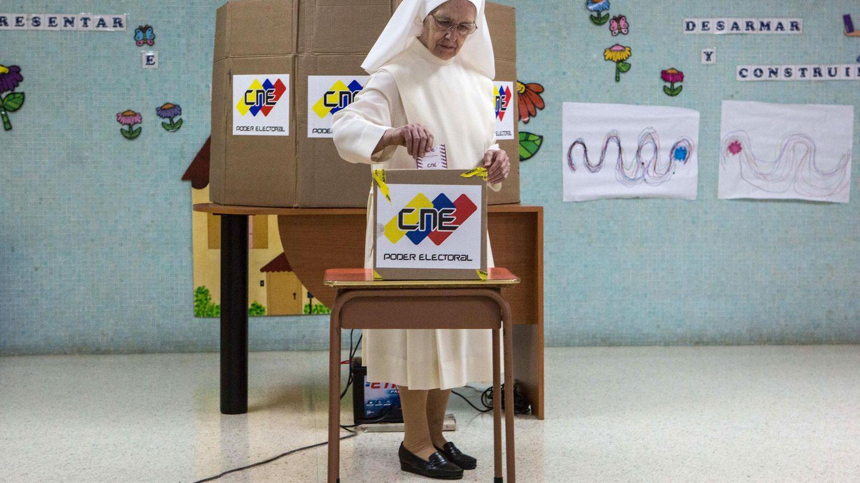 Un monja ejerce su derecho al voto en un centro de votación. (EFE)