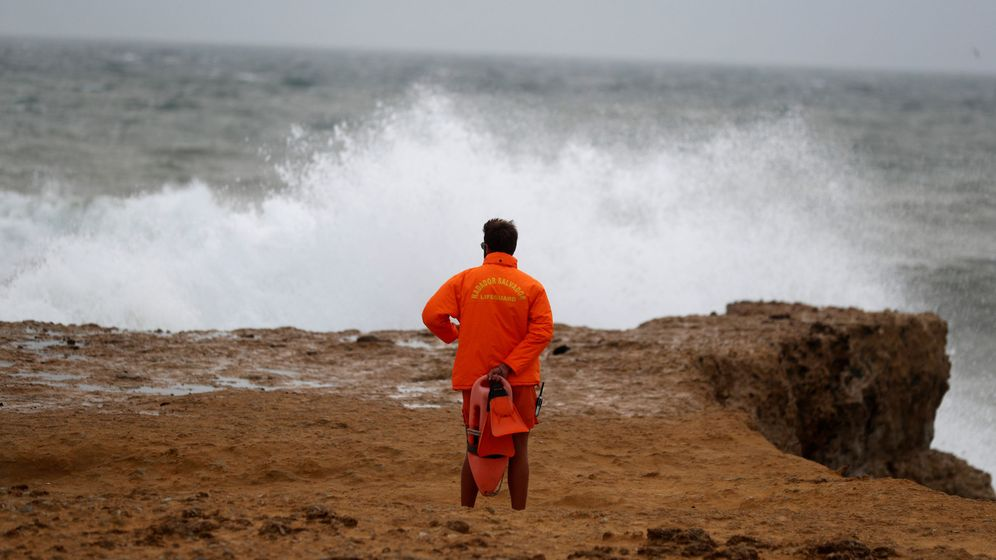 Foto: Un socorrista en Carcavelos contempla la marea ante la llegada del huracán Leslie. (Reuters)
