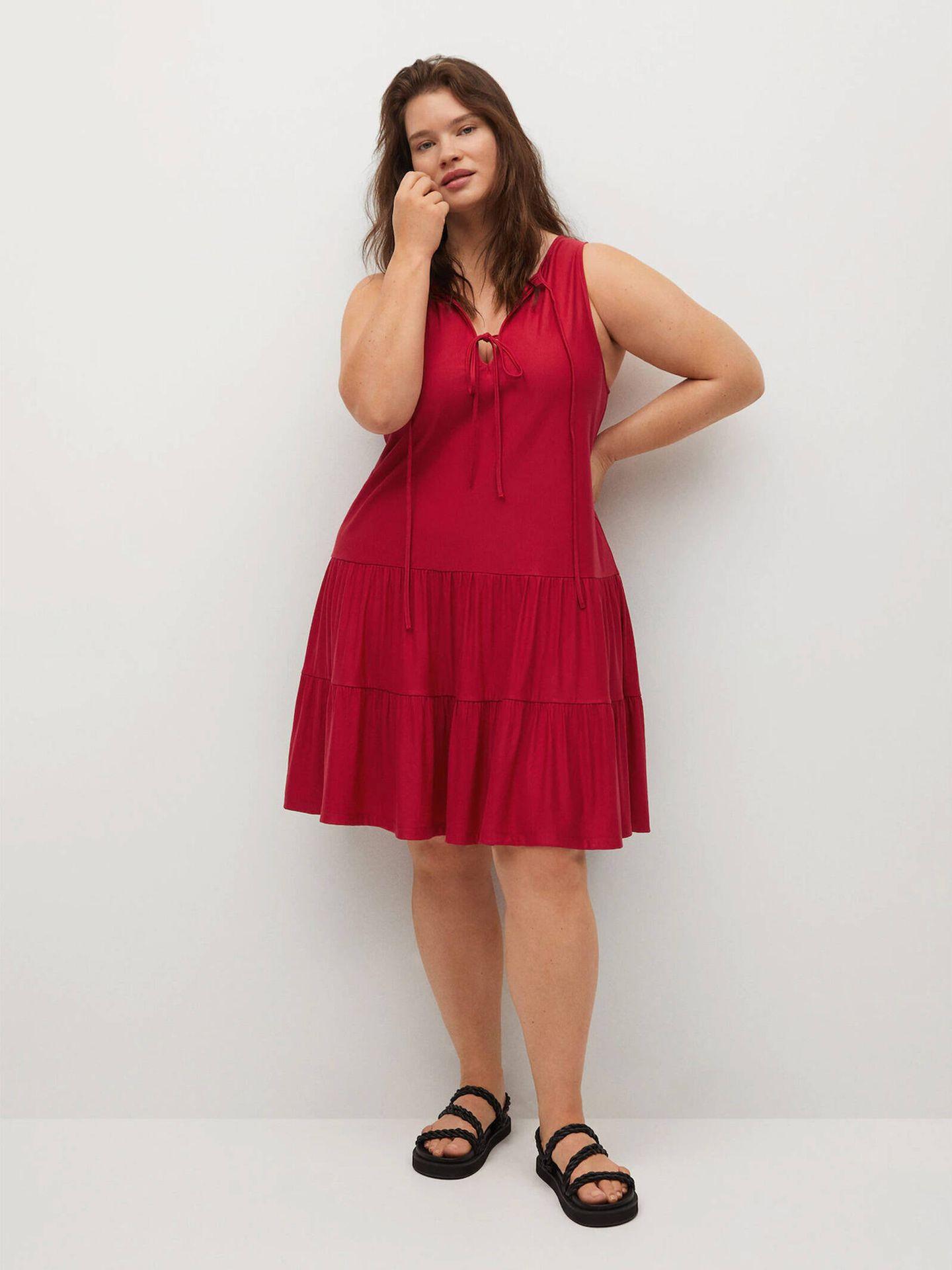 Vestido rojo mini y fluido de Violeta by Mango. (Cortesía)