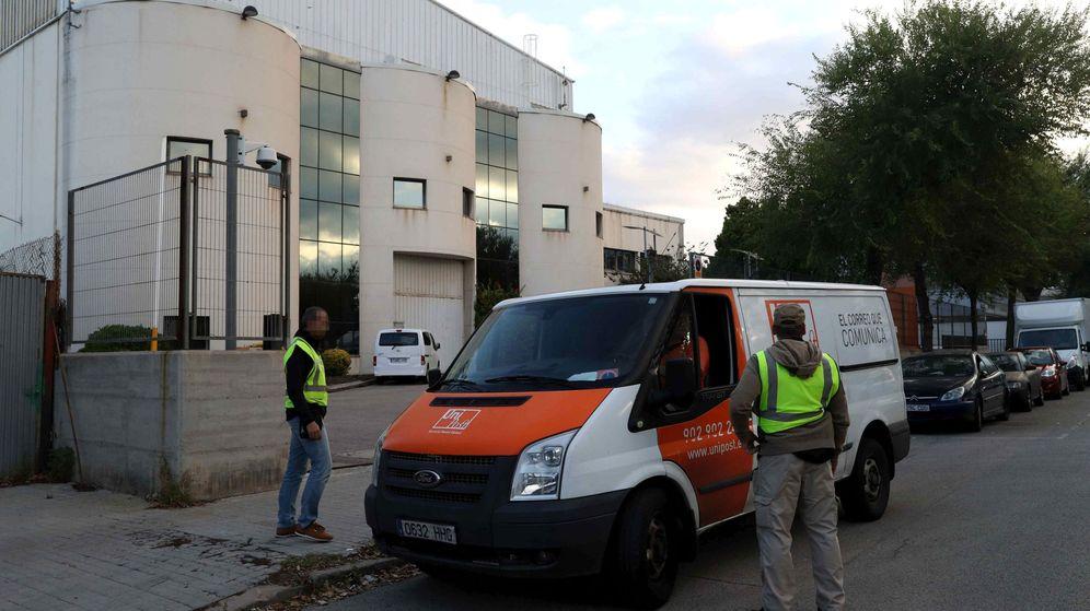 Foto: La Guardia Civil registra la empresa de mensajería privada Unipost en L'Hospitalet de Llobregat (Barcelona). (EFE)