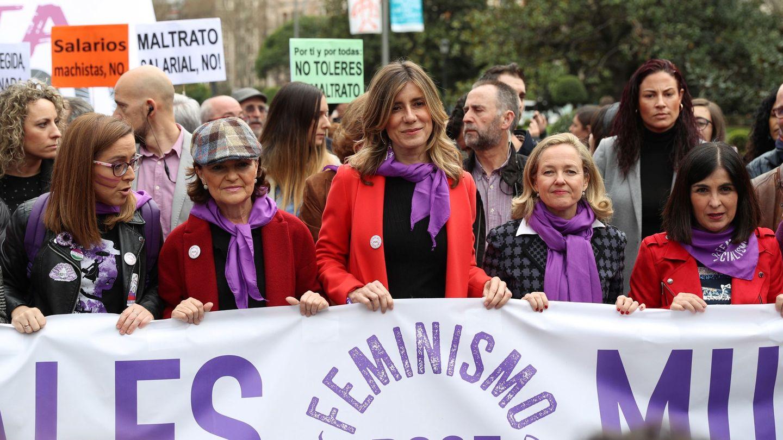 Begoña Gómez lleva la pancarta del PSOE en el 8-M junto a Carmen Calvo, Nadia Calviño y otras ministras de Sánchez. (EFE)
