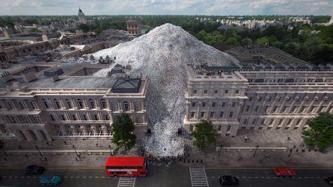 Greenpeace entierra a Boris Johnson entre plástico a las puertas de su casa
