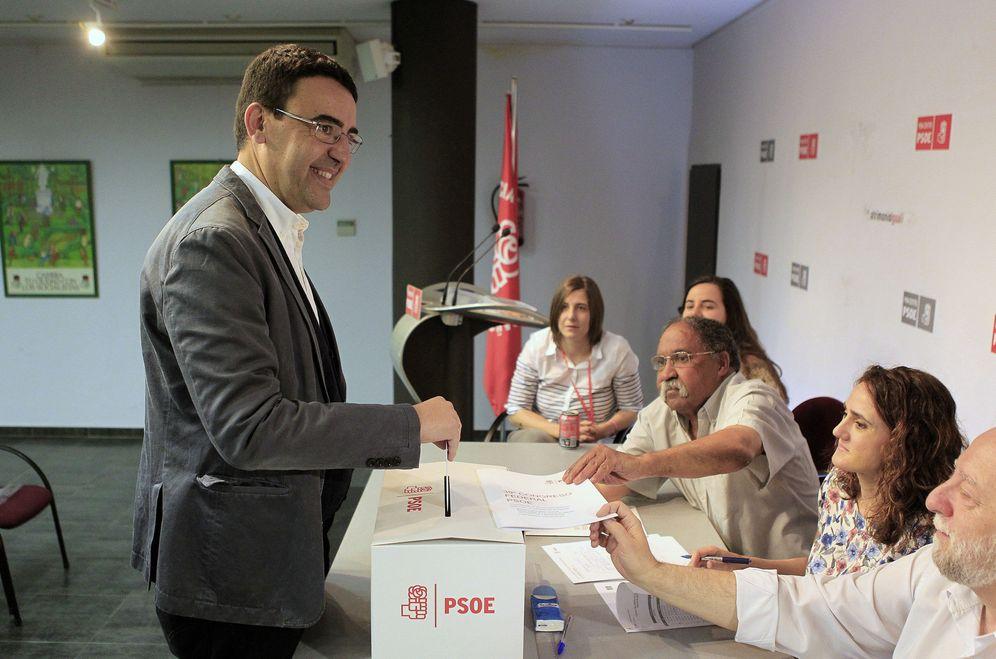 Foto: Mario Jiménez, portavoz de la gestora del PSOE, vota en la agrupación socialista de Centro de Madrid. (EFE)