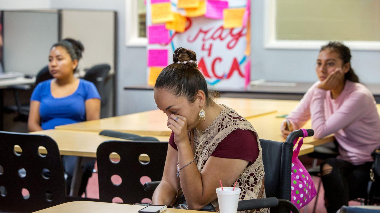 Paulina, 26, beneficiaria del programa DACA, llora tras el anuncio del fiscal Sessions en la sede de la Coalition for Humane Immigrant Rights of Los Angeles, el 5 de septiembre de 2017. (Reuters)
