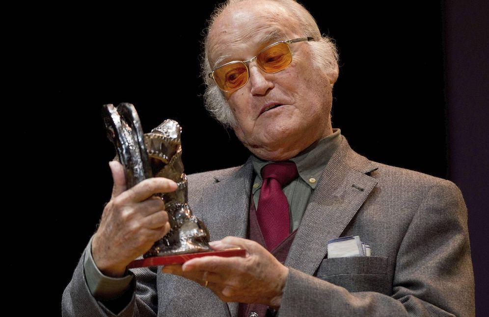 Foto: Gil Parrondo, recibiendo un premio en el Festival Internacional de Cine de Gijón en 2012 (Efe)