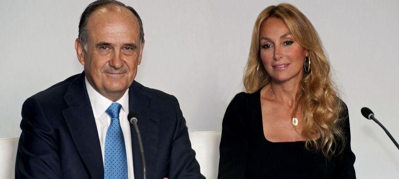 Foto: El vicepresidente de FCC, Juan Bejar (i), y la presidenta de la empresa, Esther Alcocer Koplowitz (EFE)