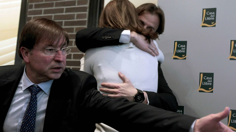Foto: Arantxa Sánchez Vicario se abraza a su entonces marido en la presentación de sus memorias. (EFE)