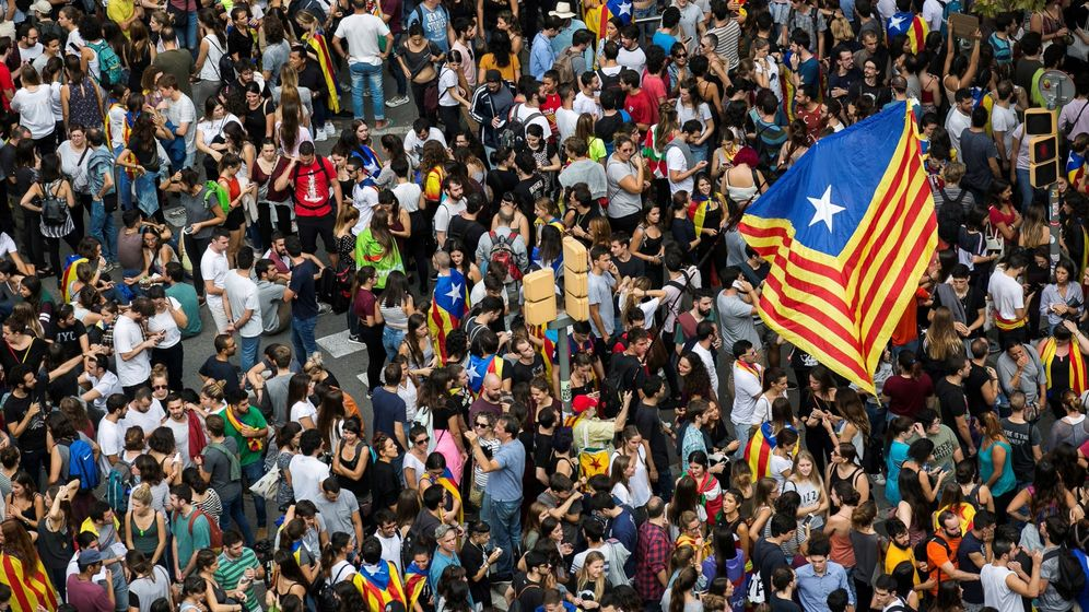 Foto: Manifestación en apoyo al paro general convocado en rechazo a la violencia ejercida el 1 de octubre. (EFE)
