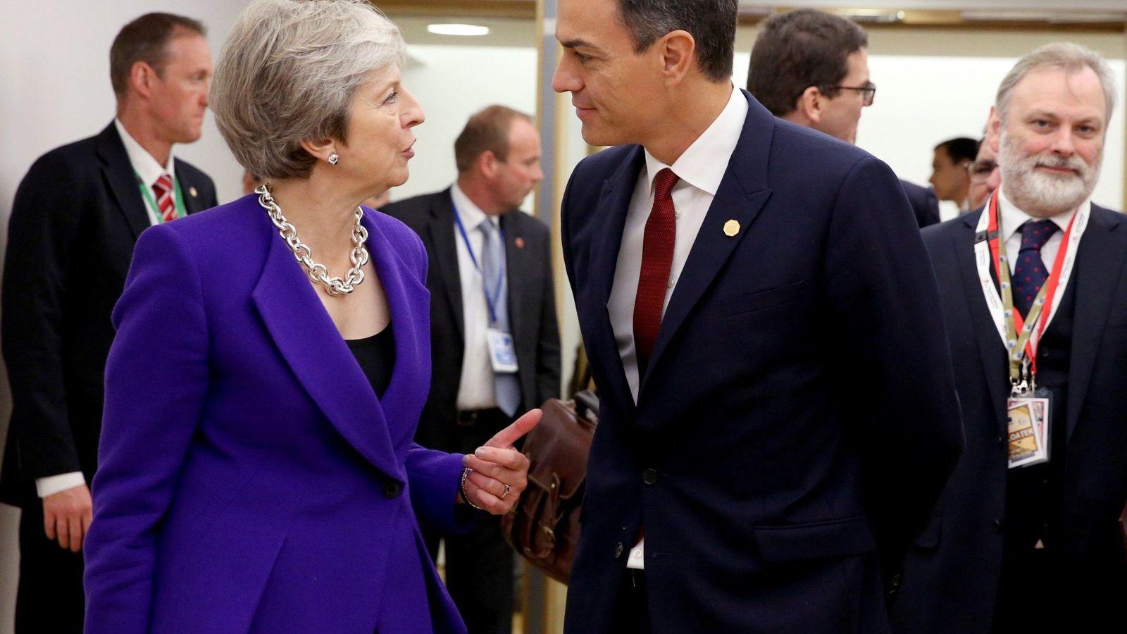 Foto: Pedro Sánchez conversa con la primera ministra británica, Theresa May, en la segunda jornada de la cumbre europea, en Bruselas, este 18 de octubre. (EFE)