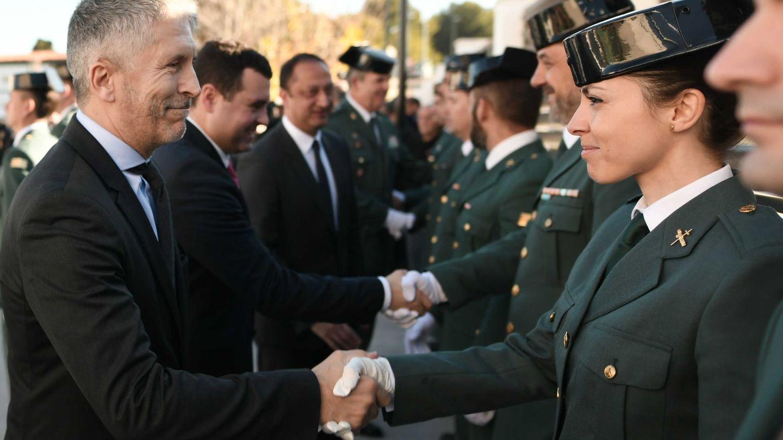Marlaska, saluda a una agente en la inauguración de un Cuartel de la Guardia Civil la semana pasada. (EFE)