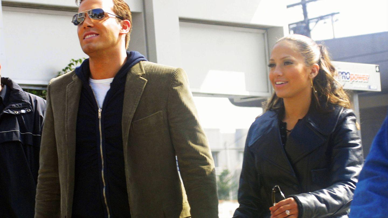 Cuando Jennifer Lopez (con anillo en el dedo) y Ben Affeck eran felices y comían perdices. (Getty)