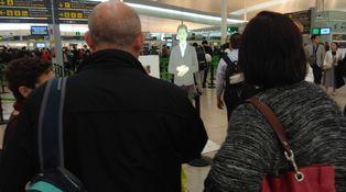 La fascinante mujer holográfica del aeropuerto del Prat