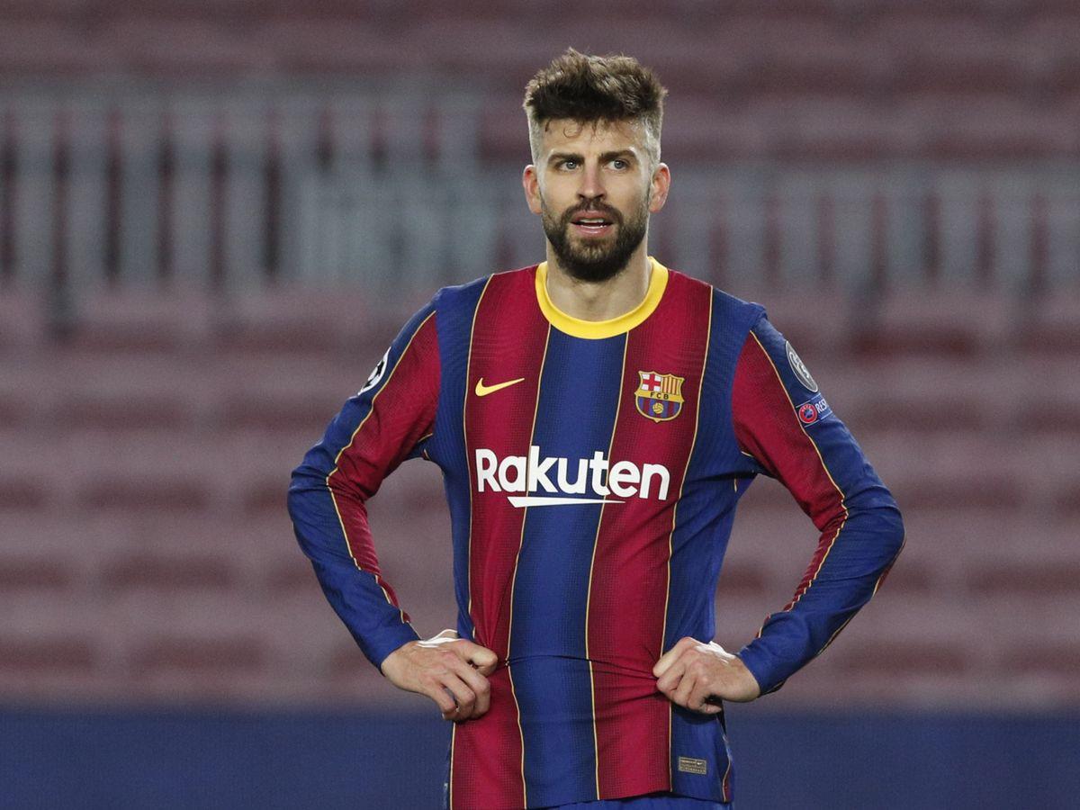 Foto: Piqué con gesto de desesperación en el partido entre el Barcelona y el PSG. (EFE)