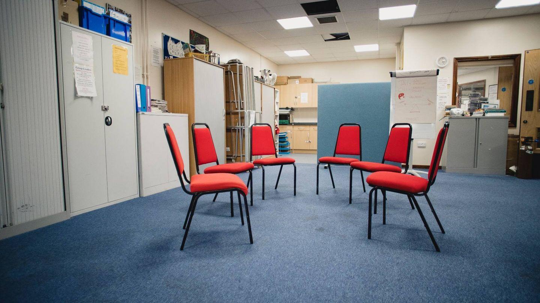 Una sala de terapia en grupo, vacía por la pandemia. (iStock)