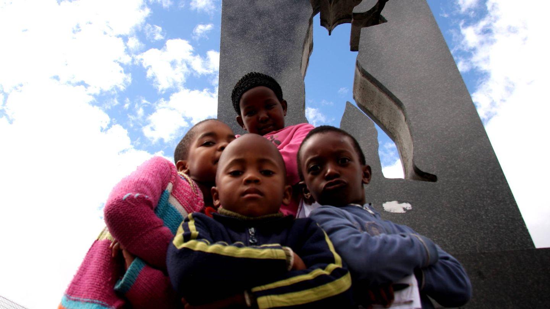 Monumento contra el 'apartheid' en una barriada de Ciudad del Cabo. (J. B.)