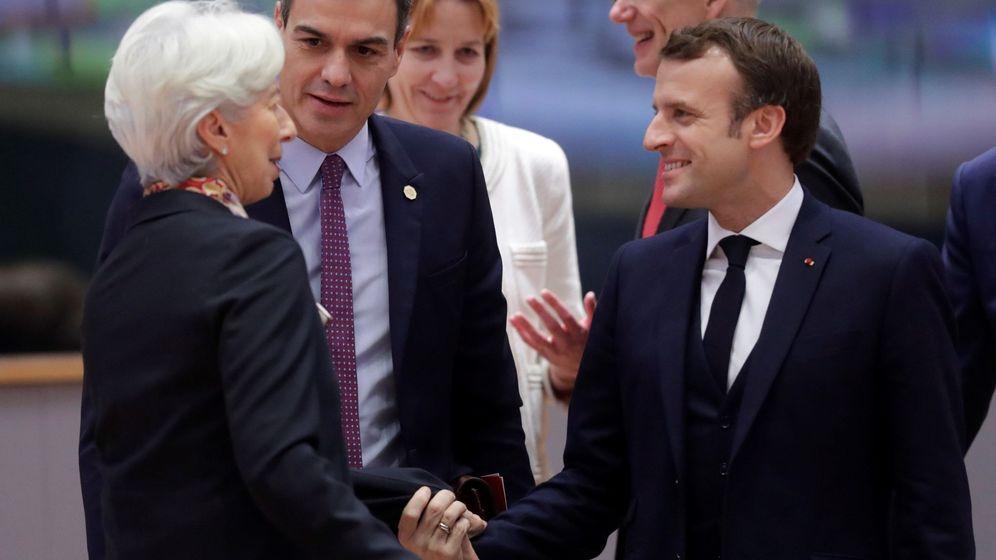 Foto: Pedro Sánchez charla con Christine Lagarde y Emmanuel Macron en una cumbre en Bruselas. (EFE)