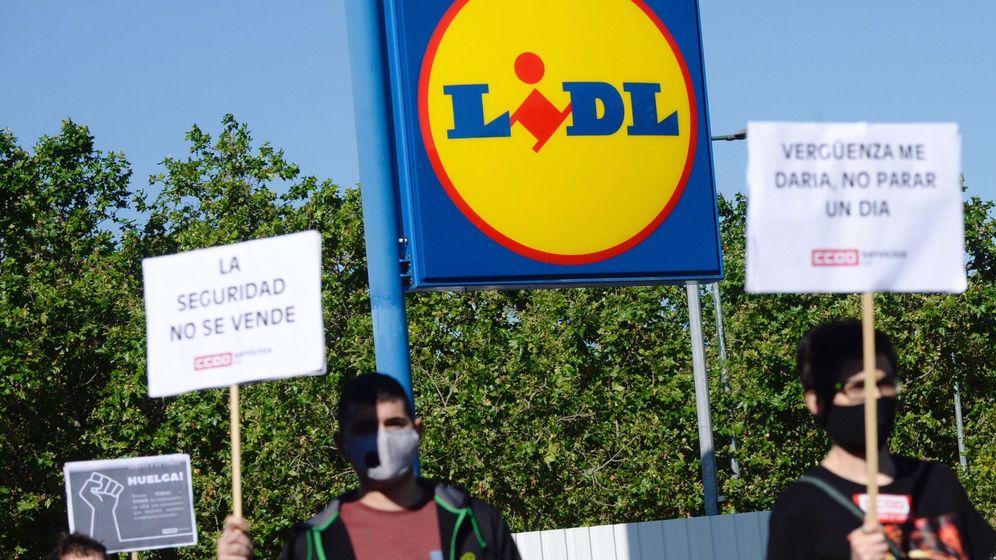 Foto: Varios trabajadores protestan a las puertas de un supermercado de la cadena Lidl, en el centro de Valladolid. (EFE)