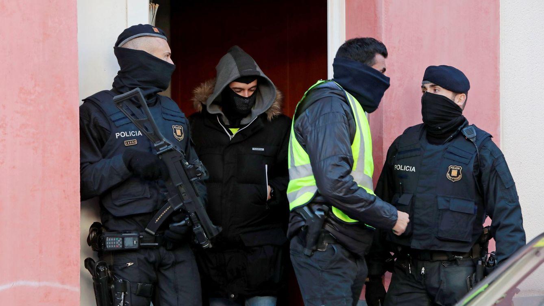 Foto: Mossos d'Esquadra durante una operación contra el terrorismo yihadista en Sant Pere de Ribes (Barcelona) a finales de 2017. (EFE)