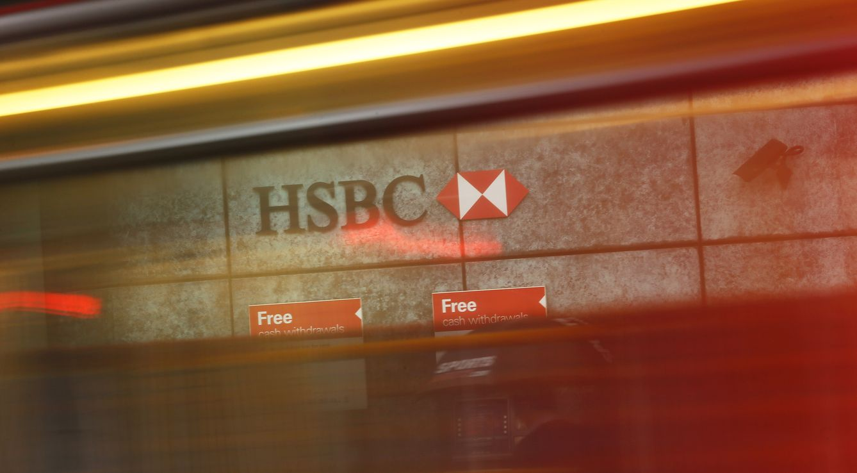 Foto: Un autobús pasa ante una sucursal del banco HSBC en la capital británica. (Reuters)