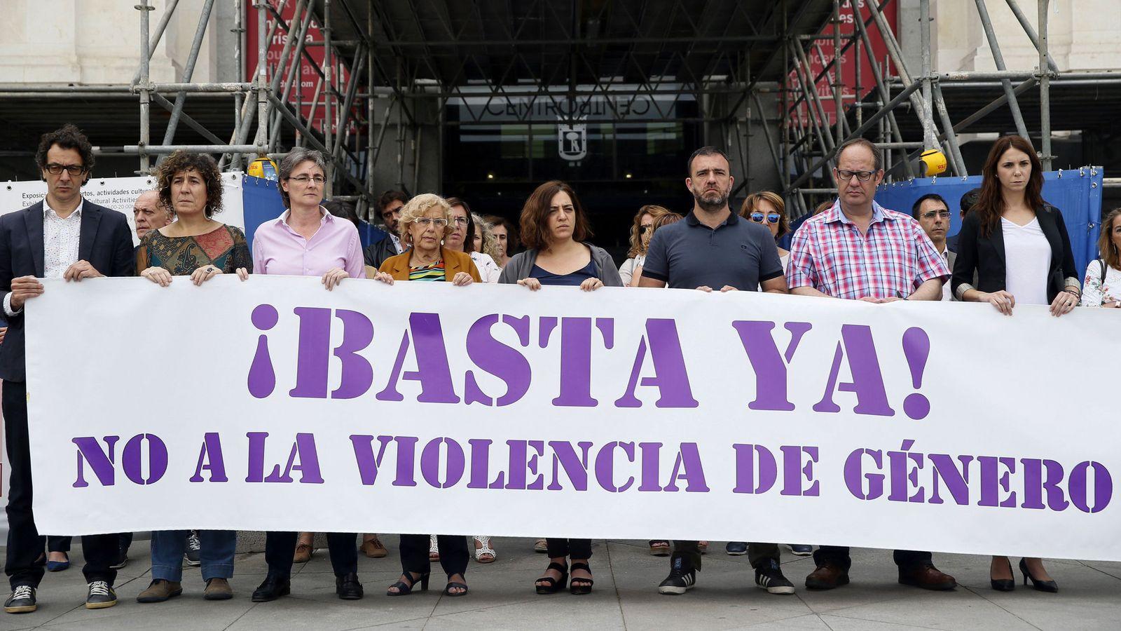 Foto: La alcaldesa de Madrid, Manuela Carmena (4i), sostiene una pancarta contra la violencia de género. (EFE)